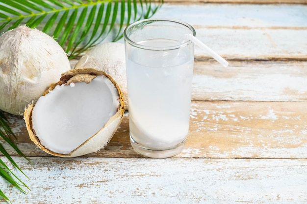 Água de coco e coco fresco para a saúde