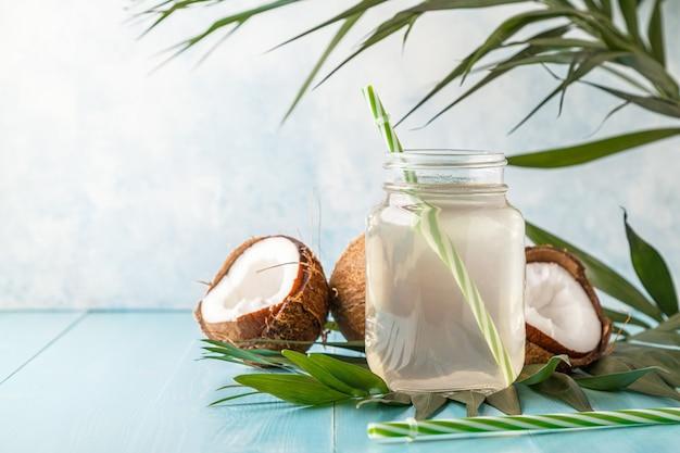 Água de coco e cocos em um pastel brilhante