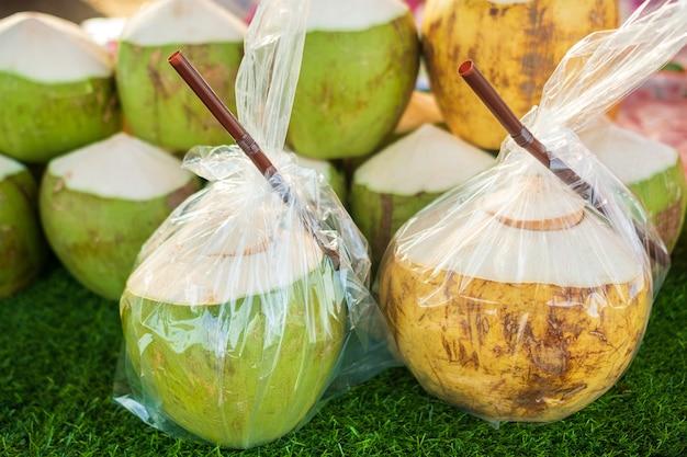 Água de coco fresca para beber