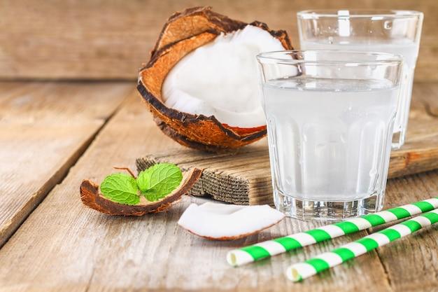 Água de coco orgânico fresco em um copo
