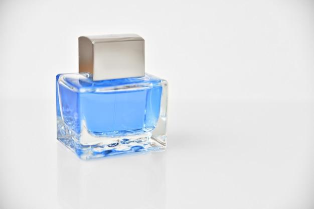 Água de colônia azul. frasco transparente com essência - isolado no branco