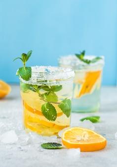 Água de desintoxicação. água de limão com hortelã. bebida de verão.