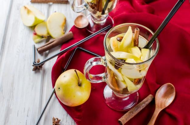 Água de desintoxicação com maçãs e especiarias - anis, canela