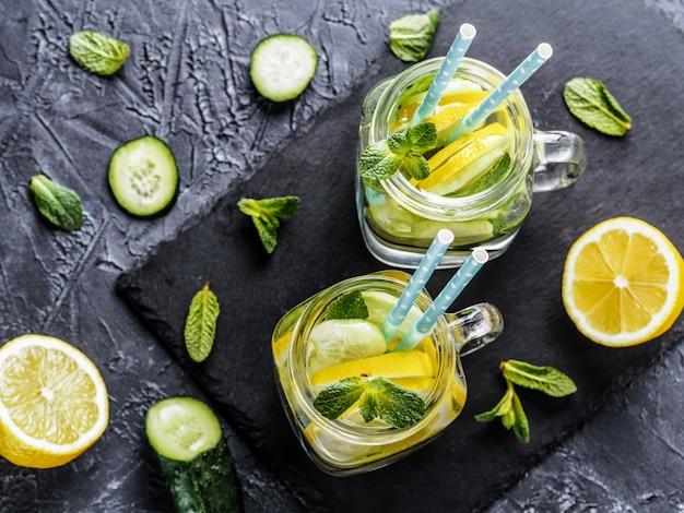 Água de desintoxicação com pepino, limão e hortelã