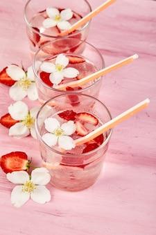 Água de desintoxicação de morango com flor de jasmim.