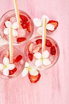 Água de desintoxicação de morango com flor de jasmim