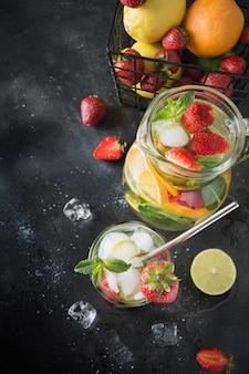 Água de desintoxicação ou mojito com limão, morango em vidro