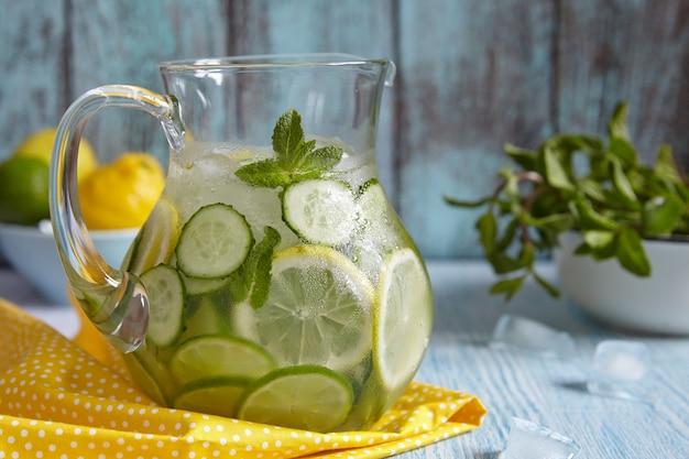 Água de frutas em jarra de vidro