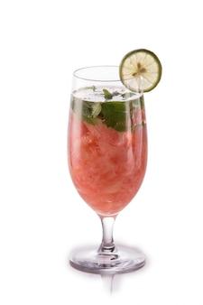 Água de frutas frescas com infusão. isolada sobre a toranja branca, hortelã