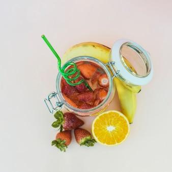 Água de morango infundida em jarra