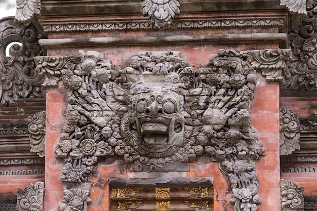 Água de nascente sagrada no templo pura tirtha empul em tampak, um dos templos mais importantes de bali, indonésia