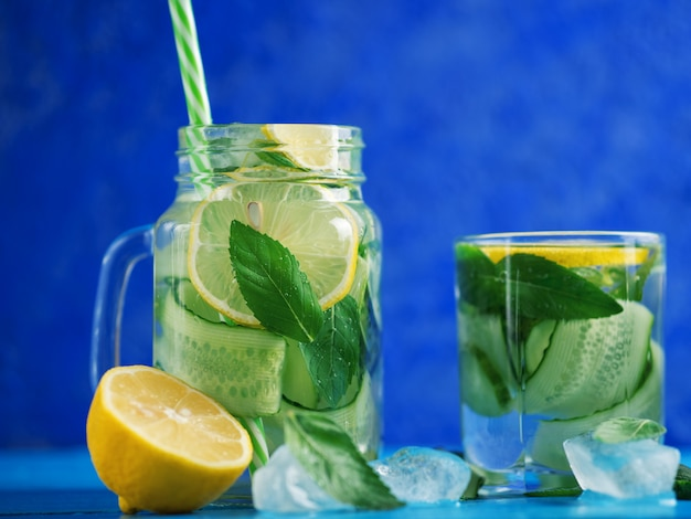 Água de pepino desintoxicação com limão e hortelã em uma mesa de madeira azul