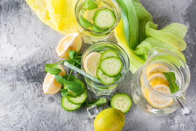 Água de sassi cítrica infundida saudável com limão e pepino