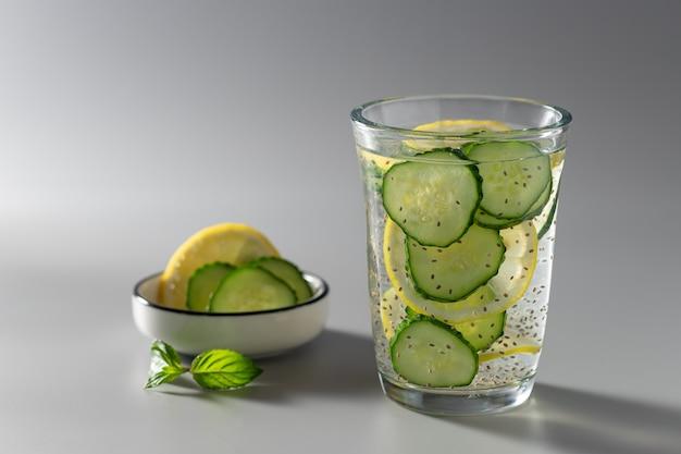 Água de sementes de chia com pepino e limão