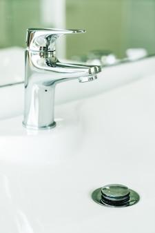 Água de torneira no banheiro