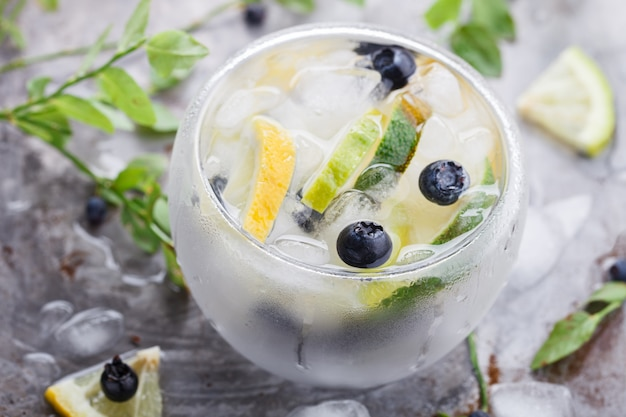 Água de vitamina com frutas em um copo