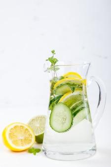 Água desintoxicada com limão, limão e pepino
