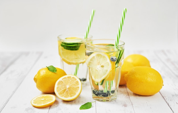 Água desintoxicante com fatias de limão, pepino e mirtilos