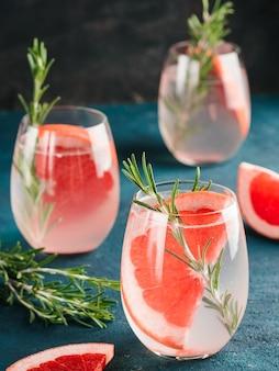Água desintoxicante infundida ou coquetel alcoólico ou não alcoólico com toranja e alecrim em copo