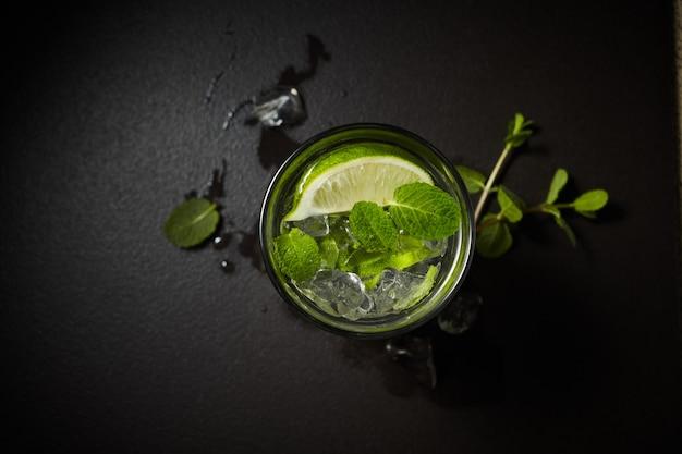 Água detox gelada e refrescante com infusão de folhas de limão e hortelã