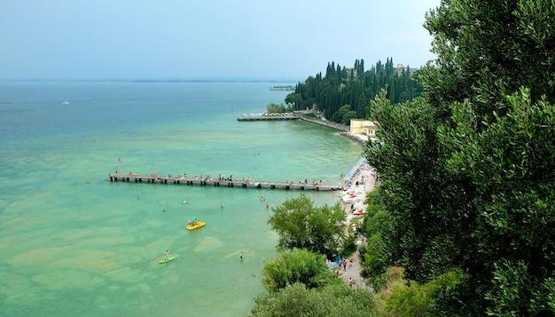 Água do lago garda na itália cercada por montanhas no verão