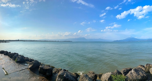 Água do lago garda na itália cercada por montanhas