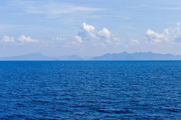 Água do mar azul com espuma do mar como pano de fundo