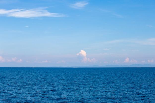Água do mar azul com espuma do mar
