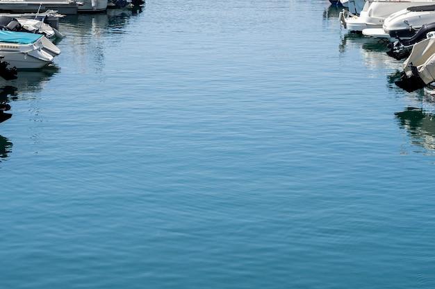 Água do mar azul em um porto