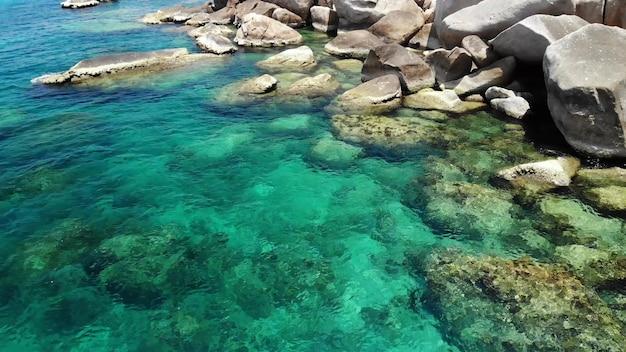 Água do mar calma por pedras. água azul e pedregulhos na ilha de koh tao em um dia ensolarado na tailândia.