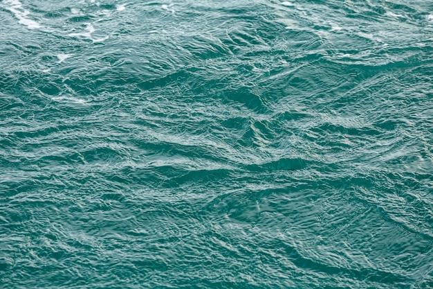 Água do mar cor esmeralda. tropical, reflexão