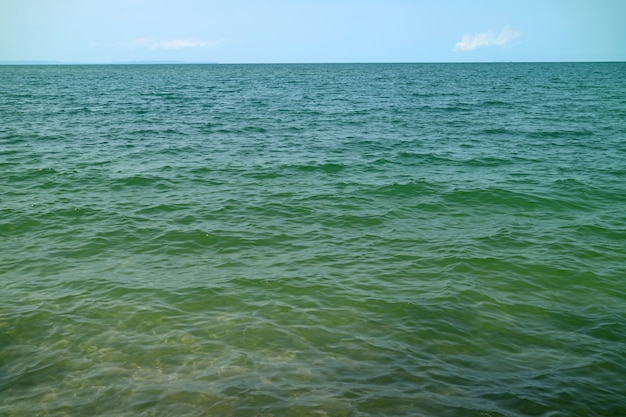 Água do mar de cor turquesa com ondas fáceis na superfície