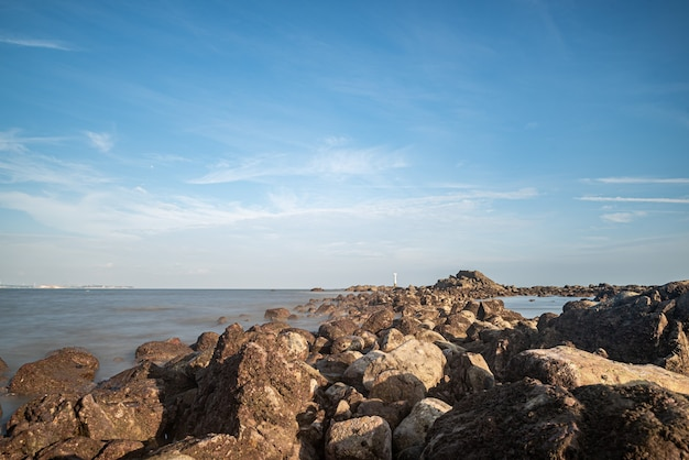 Água do mar e recifes à beira-mar sob o céu azul