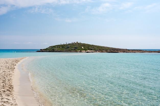 Água do mar transparente e clara. fundo marinho natural. papel de parede azul oceano, onda do mar em dia de sol. águas cristalinas do mar tropical