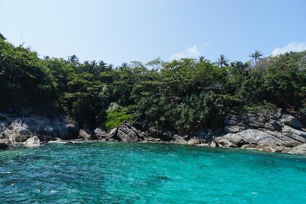 Água do mar turquesa ao redor da ilha de racha, mar de andaman