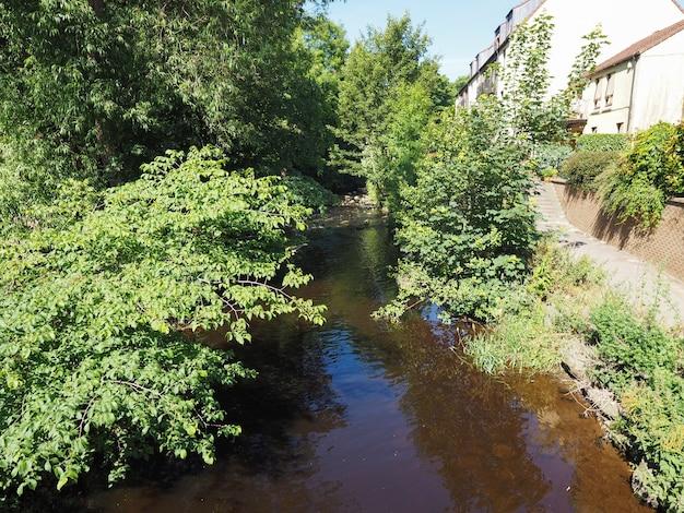 Água do rio leith na vila de dean em edimburgo