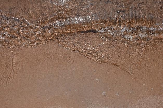 Água e areia vista da costa do lago vista de cima fundo de verão
