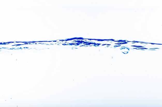 Água e bolhas no fundo da água azul