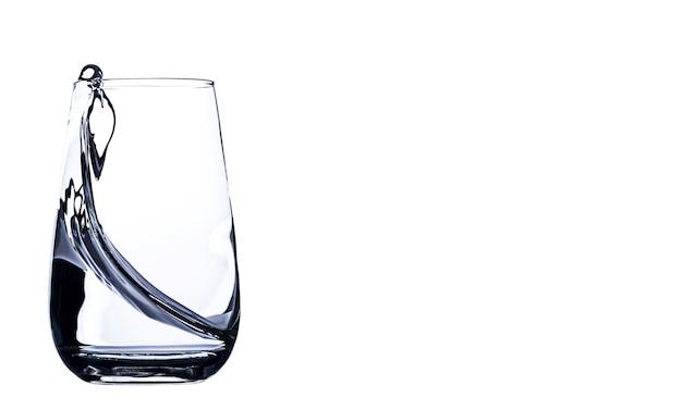 Água em copo com respingo