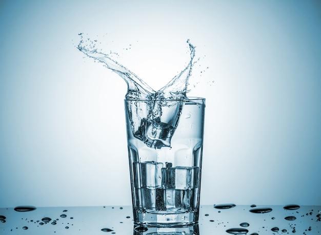 Água em copo com respingos de água