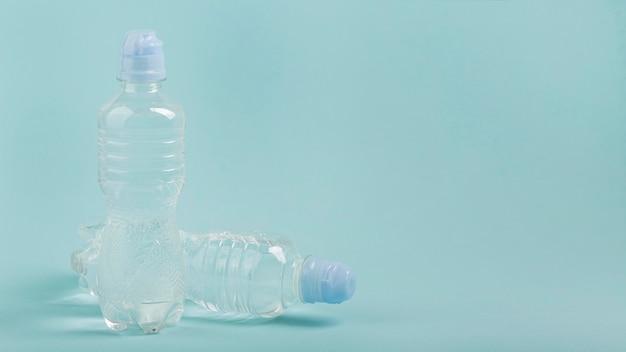 Água em garrafas esportivas copie o espaço