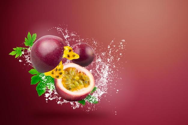Água espirrando em fresh passionfruit on red