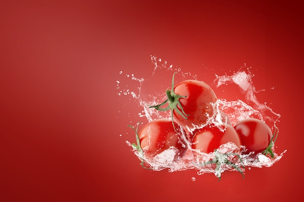 Água espirrando em tomates vermelhos frescos sobre vermelho