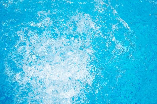 Água fresca azul clara no jacuzzi. fundo de massagem spa.