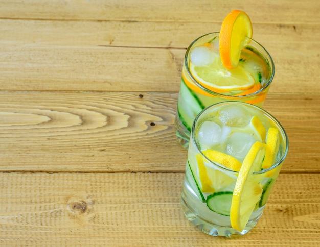 Água gelada, limão, laranja, gengibre e pepino.