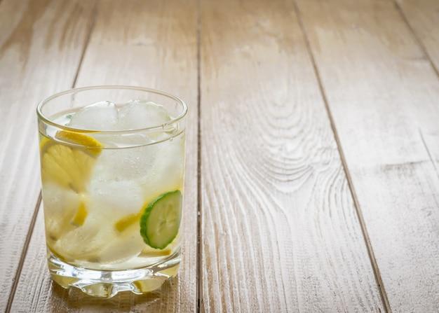 Água gelada, limão, raiz de gengibre e pepino.