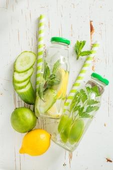 Água infundida com citros e ervas em frasco de vidro