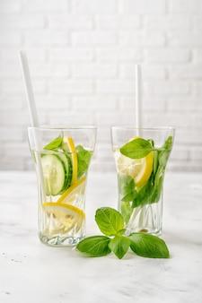 Água infundida com limão, cucmber e manjericão