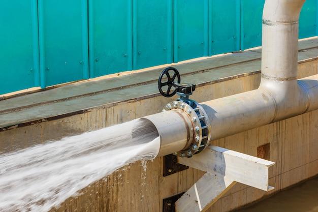 Água jorrando do tubo para limpeza do tubo após a instalação