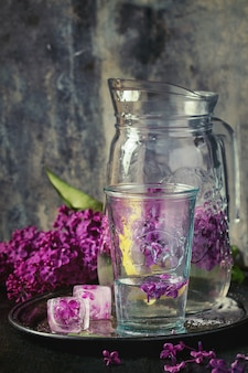 Água lilás com limão